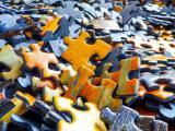 Puzzleteile auf einem Haufen